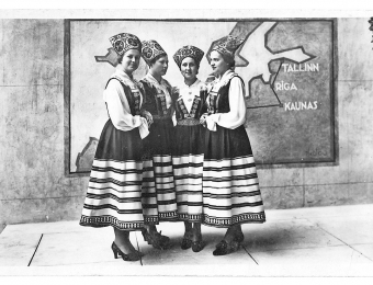 Four Estonian girls in national costumes acted as popular guides in the pavilion Photo: Museum of Estonian Architecture